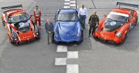 Tovární tým Panoz Racing se závodními Avezzano GT4, modrým silničním Avezzano a Donem Panozem přichystanými na sezónu 2018