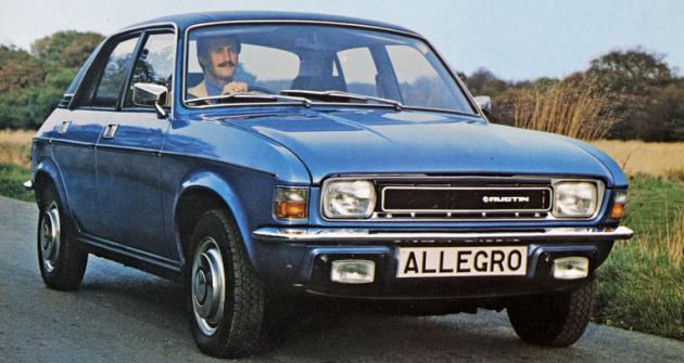Austin Allegro model 1978 jako čtyřdveřový sedan se splývající zádí, ale bez výklopné zadní stěny  (má malé víko zavazadlového prostoru)