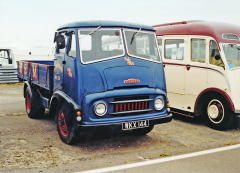 Jeden z typických lehkých nákladních vozů Austin z padesátých let