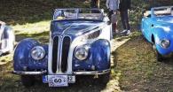 BMW 327 (1937), dvoulitrový šestiválec ze sbírek Miloše Vránka. Vpravo neméně jedinečné BMW 315 Sport Roadster (1936) s karoserií britského importéra Frazer Nash