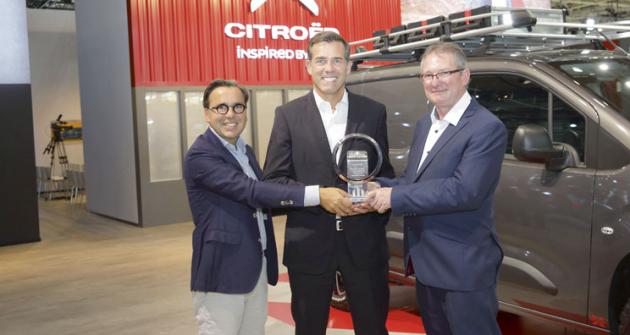 """Prestižní ocenění  """"International Van of the Year 2019"""" předal zástupcům všech tří značek (Citroën, Opel – Wauxhall, Peugeot) předseda mezinárodní jury pan Jarlath Sweeney (vpravo)."""