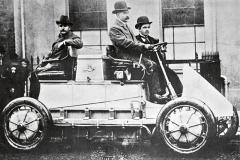 Elektromobily, včetně těch Lohner-Porsche, trpěly již před více než sto lety malou kapacitou avysokou hmotností baterií.