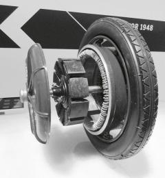Porscheho elektromotor vnáboji kola – zobrázku doslova čiší poměrně vysoká hmotnost motoru, zacož byl Ferdinand Porsche peskován akritizován.