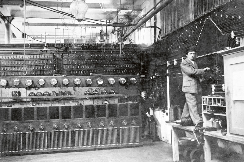 VeSpojených elektrozávodech Bély Eggera veVídni začal mladý Ferdinand odpíky. Odzametání podlahy se postupně vypracoval až nazástupce výpočtového oddělení.