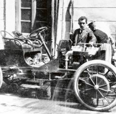 Ferdinand Porsche ujednoho zelektrovozů Lohner-Porsche spohonem typu Mixte. Pod kapotou spalovací motor, pod sedadly generátor elektrické energie.