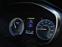 Ukazatel vlevo, podobně jako ve vozech Toyota, ukazuje aktuální činnost hybridní hnací soustavy