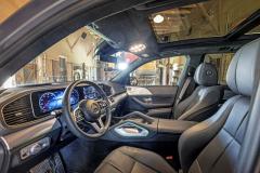 Interiér je díky kvalitním materiálům apříjemné světelné atmosféře velmi útulný