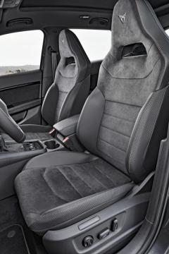 Vynikající, výrazně tvarovaná sedadla jsou dostatečně pohodlná a přitom spolehlivě udrží tělo na místě i v rychle projížděných zatáčkách