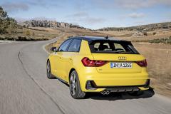 Pro Audi je novinkou tvar zadních skupinových svítilen, zasahujících až do boků karoserie. Střecha může mít odlišnou barvu