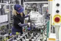 S předposledním říjnovým dnem byla v továrně TMMP v polském Wałbrzychu zahájena výroba převodových systémů určených pro čtvrtou generaci hybridních poháněcích ústrojí Toyota. Tyto vysoce sofistikované agregáty koordinují optimální spolupráci mezi spalovacím a elektrickým motorem v roli děliče a slučovače točivého momentu ainstalovány budou do vozů C-HR Hybrid a Corolla Hybrid. Investice do závodu TMMP dosáhly jedné miliardy eur a vytvořily 600 nových pracovních míst