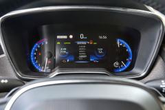 Displej se mění v závislosti na zvoleném jízdním režimu, ale slouží i k zobrazování údajů palubního počítače