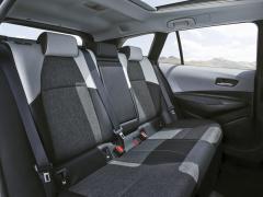 Zadní sedadla kombi nabízejí cestujícím díky většímu rozvoru výrazně více prostoru do všech stran
