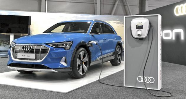 Audi e-tron bylo navýstavě stylově připojeno knabíječce