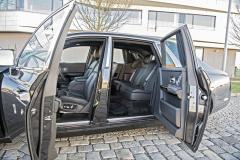 Proti sobě otevírané dveře umožňují komfortní přístup na sedadla. Všechny čtyři dveře mají elektrický pohon a zavírají sestiskem tlačítka