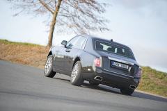 Hmotnost Phantomu si nezadá svelkými SUV, je ale vyváženě rozmístěna mezi nápravami a při jízdě vůz proto působí nečekaně obratně