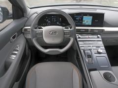 Pracoviště řidiče vyniká zcela přirozeným rozložením kontrolních aovládacích prvků; při jízdě vůbec nezaznamenáte, že sedíte ve voze pro další století...