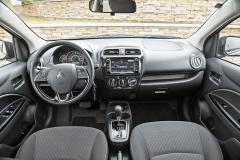 Omezením při pobytu uvnitř je menší šířka, palubní deska, a zejména volant ale působí hodnotným dojmem