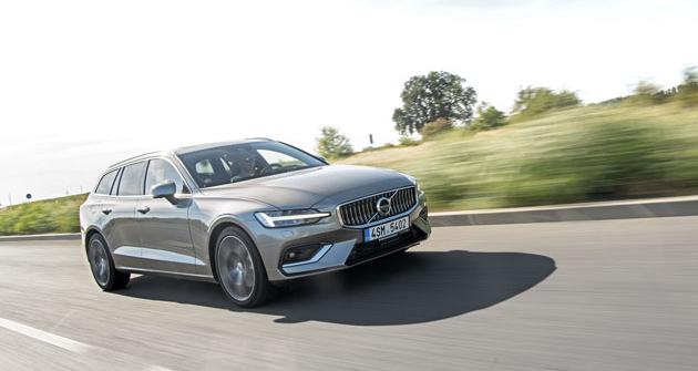 Volvo V60 se drží moderního  stylu Volvo a oproti modelům řady 90 působí mírně sportovnějším dojmem