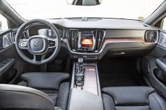 Palubní deska se nese v typickém stylu Volvo. Automobilka neustále zdokonaluje obsluhu prostřednictvím velkého, svisle orientovaného dotykového displeje