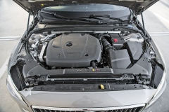 Nenápadně ukrytý čtyřválec verze T6 má kompresor, turbodmychadlo avýkon 228 kW (310 k)