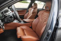 Výrazně tvarovaná sedadla jsou nesmírně pohodlná. BMW M5 navíc nabízí velmi solidní vnitřní prostor prakticky ve všech směrech