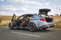 Základní objem zavazadlového prostoru je 530 litrů. Jen málokterý vůz na trhu dokáže být tak praktický a přitom schopný jízdy rychlostí přes 300 km/h