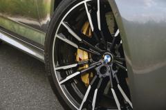 Pro BMW M5 jsou v nabídce výbavy na přání karbon-keramické brzdy (238 472 Kč)