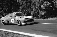 Bořivoj Kořínek a jeho Škoda 2000 MI (mid engine/injection) při závodě do vrchu Záskalí uLiberce 1976