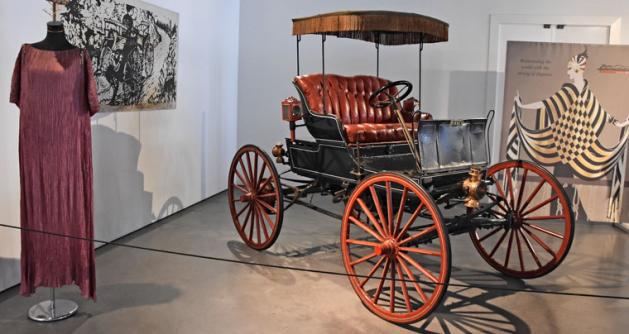 """Nejstarším exponátem muzea je americký dvouválcový Winner, """"Bezkoňový"""" Model A (1898). Do drožky vestavěli spalovací motor s primitivní převodovkou"""