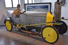 """Technik a pilot Royal Air Force smodrou krví zkonstruoval prototyp Baron Ackroyd (1914), který pak dostal jeho jméno. Letce bohužel počátkem války sestřelil azabil legendární německý stíhač """"Rudý Baron"""", Manfred von Richthofen"""
