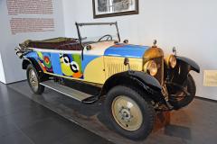 Unic, typ L2 (1924) s čtyřválcem 1,9litru (9 HP), jepoctou Sonnie Delaunay, první malířce, které uspořádali už zajejího života výstavu v Louvre. Jako první umělkyně dekorovala automobily