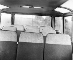 Ve třetí až páté řadě bylo celkem devět sedadel, patrná je také velká plocha oken