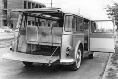 Minibus Tatra 603 MB měl vzadní stěně vodorovně členěné dvoudílné dveře