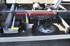 Vlevo na rámu je rezerva, akumulátor a bezpečnostní podpěra pod korbu