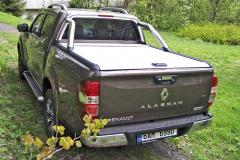 Renault Alaskan – Nerezový ochranný rám i nášlapy jsou spíše efektní než praktické, zato užitečným příplatkovým doplňkem je uzamykatelná roleta
