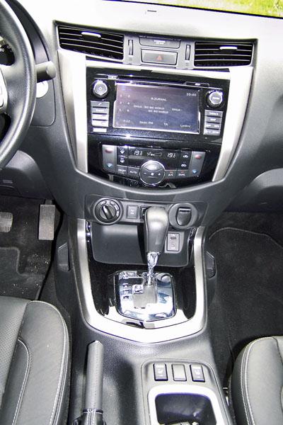 Renault Alaskan – Sedmistupňová samočinná převodovka je příjemná, hned vedle jejího voliče je otočný spínač konfigurátoru pohonu a spínač asistenta pro sjíždění svahů a uzávěrky zadního diferenciálu