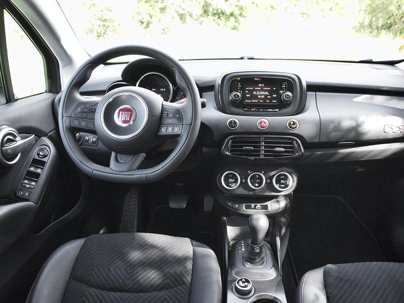 Fiat 500X – Palubní deska včetně přístrojů je vtzv. retro designu, ale je přehledná, přístroje dobře čitelné