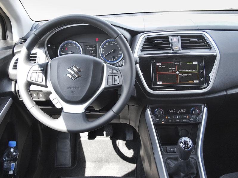 Suzuki S-Cross – Palubní deska je přehledná, přístroje dobře čitelné, ovladačů na volantu je tak akorát