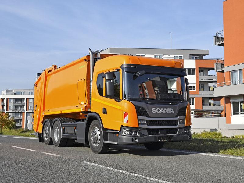 Novinkou byla Scania L 320 B6x2/4NB snízkopodlažní budkou a nástavbou Ros Roca na komunální odpad