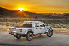 """Jeep Gladiator využívá prodloužený nosný rám pětidveřového typuWrangler azachovává si jeho možnost """"odstrojení"""" karoserie"""