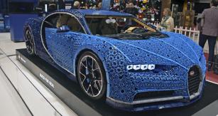 Plně funkční Bugatti Chiron vměřítku 1:1 o hmotnosti 1500 kg postavilo 16 zaměstnanců české filiálky společnosti LEGO zvíce jak milionu kostek