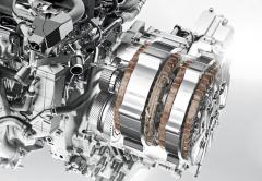 Uspořádání hybridního systému i-MMD je velmi kompaktní, mezi elektromotory je umístěna spojka