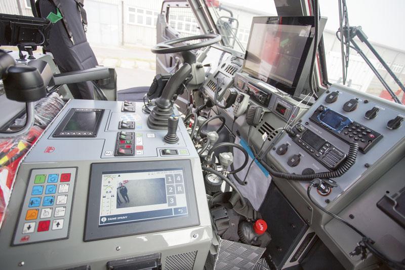 """Kdispozici je 9"""" displej kamer – boční azadní. Nechybí 6"""" navigace pro nákladní automobily, ovládání nárazníkové lafetové proudnice alafetové proudnice nástavby, obsluha kamer navýsuvném stativu, ochlazovací zařízení, ovládání požárního čerpadla asledování teploty povrchu automobilu iokolí."""