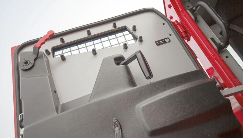 Asistované otevírání a zavírání dveří využívá tlakového vzduchu primárně určeného k ovládání pneumatického odpružení všech náprav.