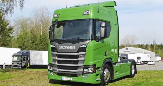 Tahač R450 jako poutač u vjezdu na Polygon Scania vSoedertaelje