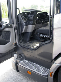 Nosič kontejnerů L280 6x2 splynovým motorem avlečenou elektrohydraulicky řiditelnou nápravou. Detail přístupu do nízko posazené předsunuté budky s podlahou ve výši 800 mm nad vozovkou