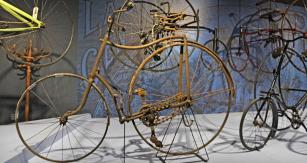 Za vchodem nás vítá asi 150 bi- a tricyklů nejbizarnějších koncepcí a konstrukcí (například 6místný Singer Victoria z r. 1900), postupně se měnících v dnešní standard