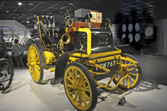 Tento Daimler Phaeton (1898) vyrobila první britská automobilová továrna The Motor Mills, kterou v Coventry založil roku 1986 Harry Lawson