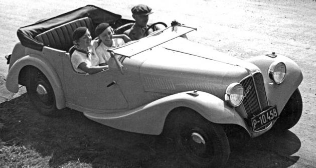 Jaro 1934: vedle řidiče mohly votevřeném voze Aero 30 cestovat dvě štíhlé dámy