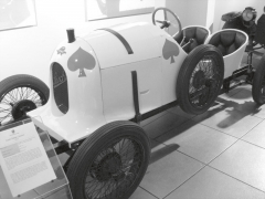 """Malý vůz Austro-Daimler """"Sascha"""", který se stal jistou záminkou kekonci kariéry generálního ředitele Ferdinanda Porscheho vtovárně veWiener Neustadtu."""